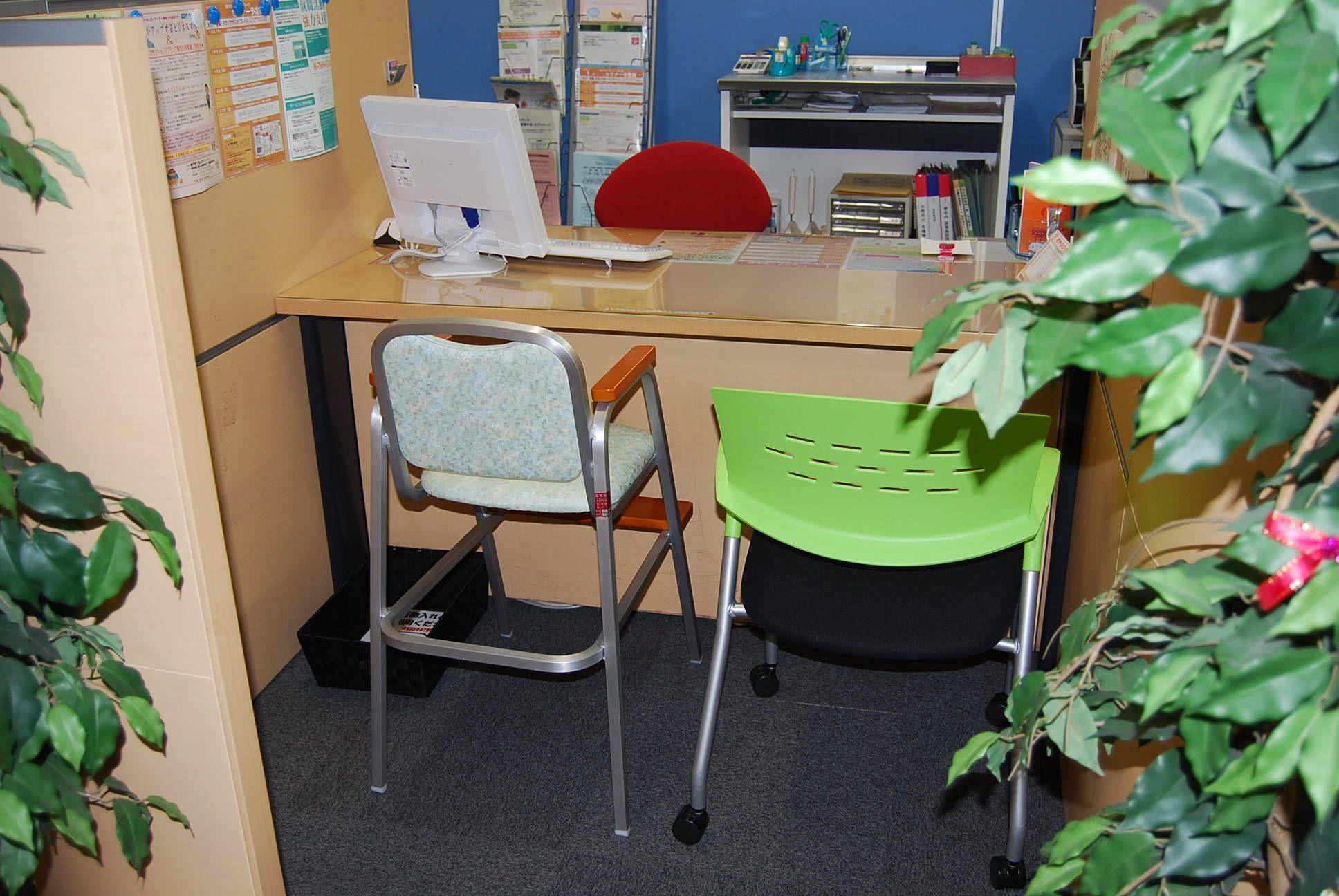 相談スペースも広いスペースが確保されており、子供用の椅子やパパ用の椅子をおいても相談可能な広さがある。