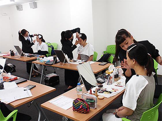堺マザーズハローワークでの学生のメイク指導風景